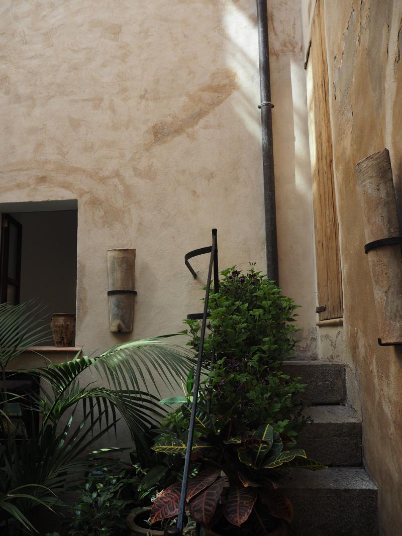 rosycheeks-deia-cas-xorc-courtyard