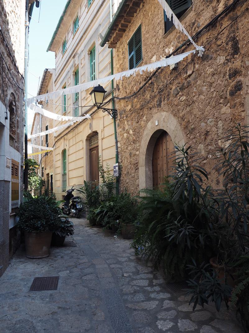 rosycheeks-mallorca-fornalutx-street