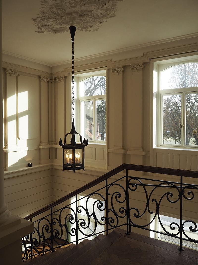 rosycheeks-blog-weissenhaus-treppe-fenster