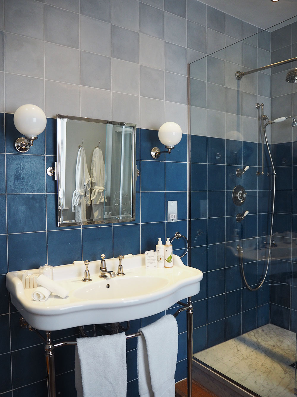RosyCheeks-Hotel-Artist-Residence-London-bathroom